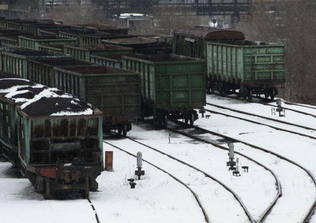 Wagony z węglem na dworcu kolejowym w Doniecku