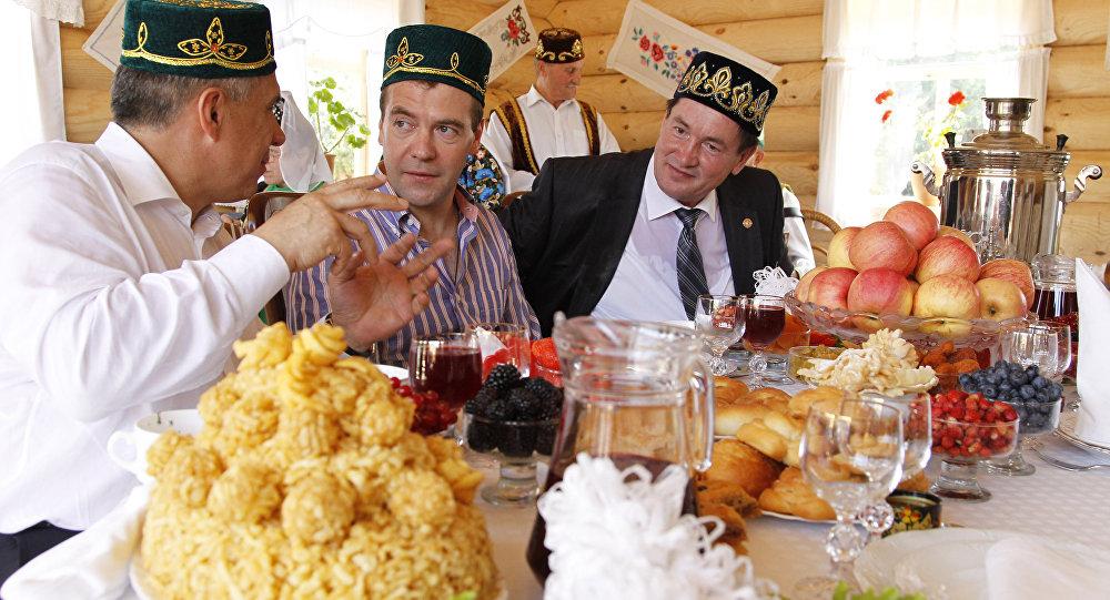 Wizyta Dmitrija Miedwiediewa w Kazaniu z okazji Święta Pługa (Sabantuj). Na stole tradycyjny czak-czak