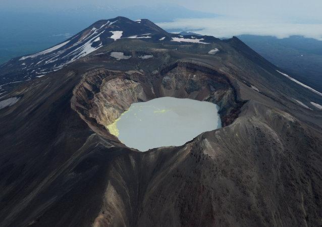 Jezioro wewnątrz wulkanu Małyj Siemiaczyk