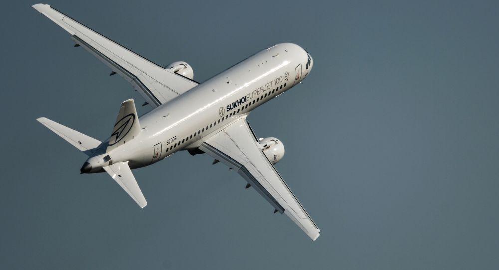 Samolot Suchoj SuperJet 100 na salonie lotniczo-kosmicznym MAKS