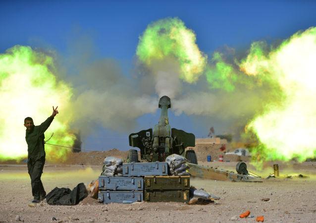 Bojownik sił pospolitego ruszenia podczas ostrzału pozycji terrorystów PI w zachodniej części Mosulu, Irak