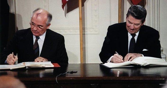 Michaił Gorbaczow i Ronald Reagan podpisują traktat INF, rok 1987
