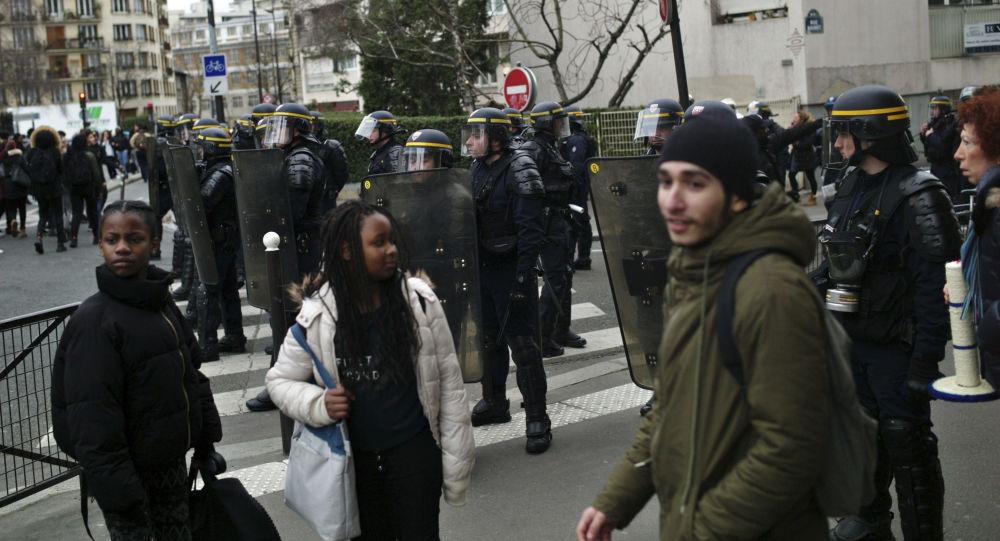 Uczestnicy demonstracji przeciwko przemocy przy wejściu do szkoły Henri Bergson