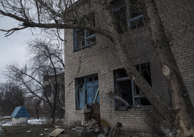 Dom uszkodzony w rezultacie ostrzałów w obwodzie donieckim