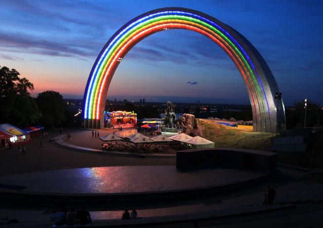 Arka Przyjaźni Narodów znajduje się w Parku Chreszczatyk w centrum ukraińskiej stolicy