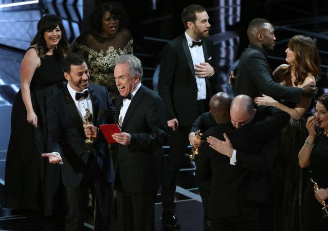 Aktorzy Jimmy Kimmel i Warren Beatty po ogłoszeniu błędnego zwycięzcy w kategorii Najlepszy film