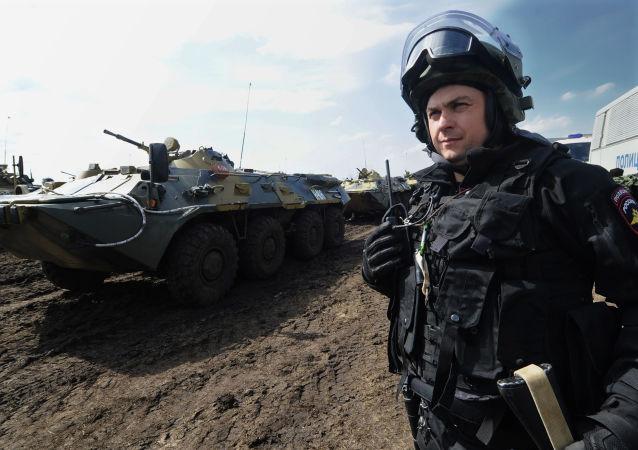 Żołnierz Wojsk Wewnętrznych MSW Rosji w czasie ćwiczeń na poligonie