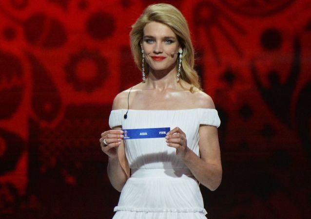 Наталья Водянова на церемонии предварительной жеребьевки чемпионата мира по футболу 2018 по футболу в Константиновском дворце в Стрельне