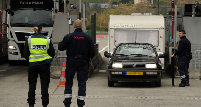Francuska policja w punkcie kontrolnym na granicy Francji i Hiszpanii