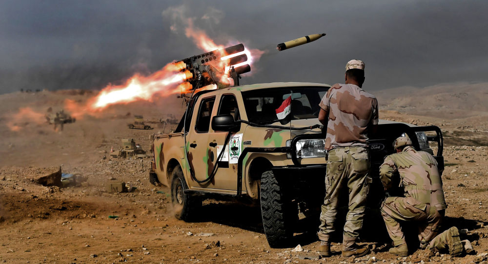 Wystrzał z wyrzutni rakiet w terrorystów Daesh w rejonie Mosulu, Irak