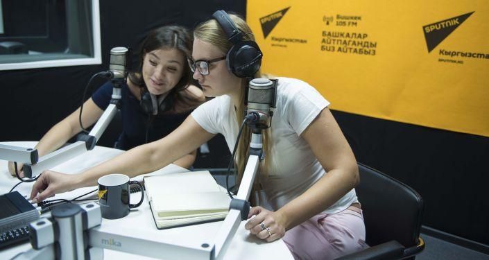 Pracowniczki w studiu radia Sputnik Kirgistan w Biszkeku