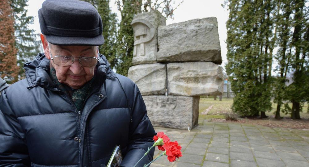 """Uczestnik uroczystego mitingu """"Drogi pamięci na cmentarzu w Olsztynie"""