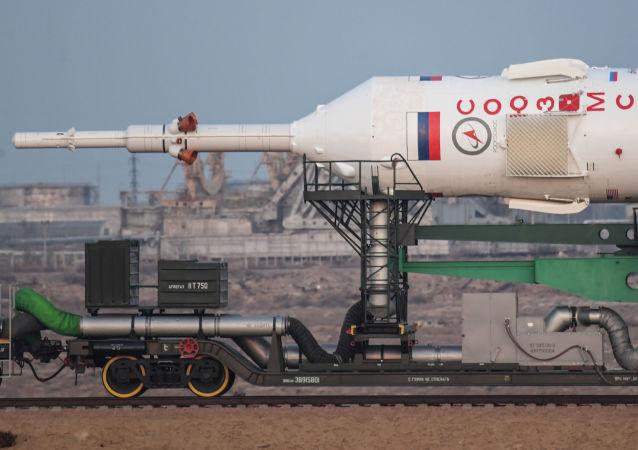 """Wyniesienie rakiety nośnej """"Sojuz-FG"""" z załogowym statkiem kosmicznym """"Sojuz-MS-03"""" na wyrzutnię"""