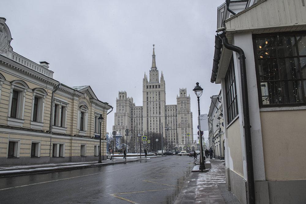 Przed latami 40. plac, na którym zamierzono zbudować wieżowiec, mało różnił się od wsi, ponieważ było to obrzeże Moskwy. Niedaleko znajdowało się (i znajduje się obecnie) moskiewskie zoo.