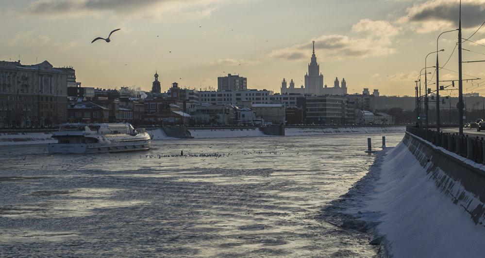 Główny budynek Moskiewskiego Uniwersytetu Państwowego im. Łomonosowa jest największym i najwyższym z wieżowców stalinowskich. Ma 36 pięter, jego wysokość wraz z iglicą wynosi 240 metrów. Ale nikt nie wie dokładnie, ile pięter ma jego podziemie. Mówią, że obszary bunkru pod budynkiem głównym MGU są porównywalne do rozmiarów samego gmachu.