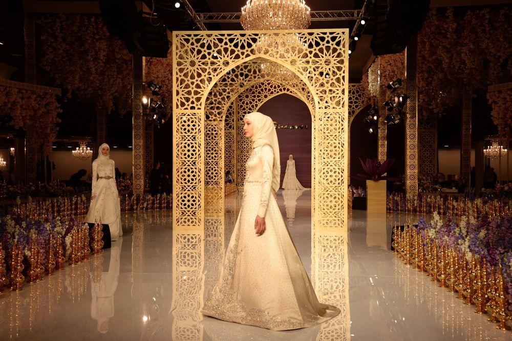 Na pokazie odbyła się także prezentacja perfum domu mody Firdaws o tej samej nazwie. Pierwszy flakon perfum Firdaws Aiszat Kadyrowa podarowała swojej matce.