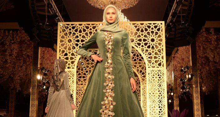 Kolekcja projektantki Aiszat Kadyrowej w stylu etnicznym.