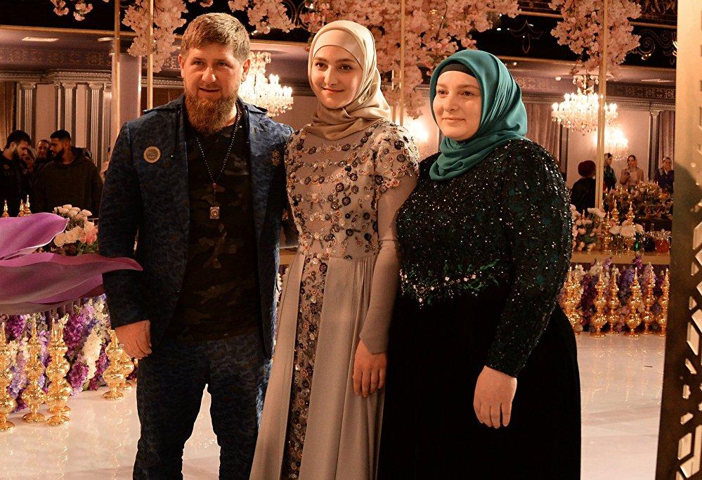 Aiszat Kadyrowa, jej ojciec Ramzan Kadyrow oraz matka Medni Kadyrow.