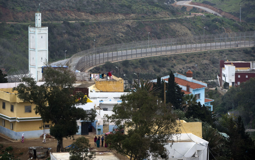 Mur oddzielający terytorium Maroka od Ceuty, eksklawy Hiszpanii (wydzielonego terytorium innego państwa) na terenie Maroka