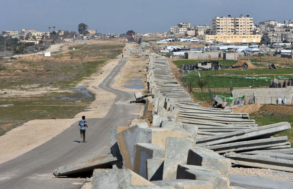 Zniszczony płot między Egiptem a Palestyną