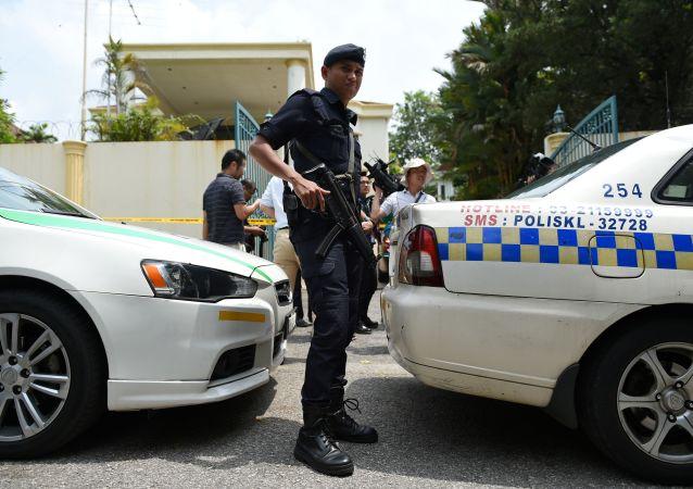 Malezyjska policja pod budynkiem ambasady KRLD w Kuala Lumpur