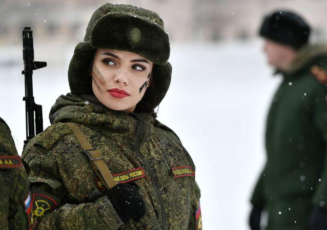 Uczestniczka podczas konkursu piękności i umiejętności zawodowych Makijaż wojskowy wśród kobiet pełniących służbę w Wojskach Rakietowych Przeznaczenia Strategicznego w obwodzie jarosławskim.