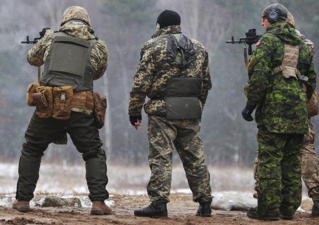 Kanadyjscy instruktorzy szkolą ukraińskich żołnierzy na Jaworowskim poligonie w obwodzie lwowskim
