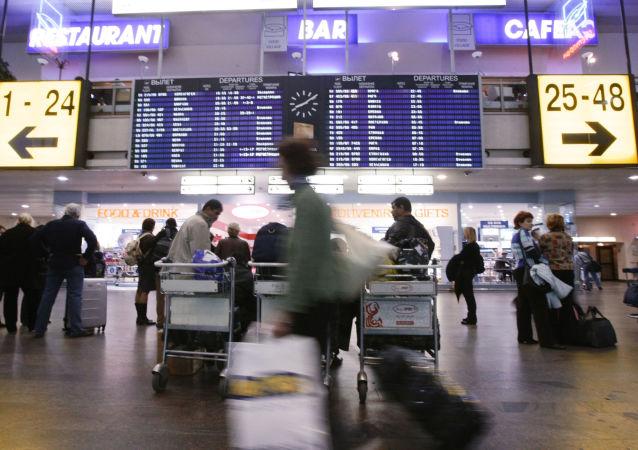 Pasażerowie na lotnisku Szeremietiewo