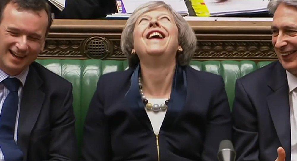 """""""Diaboliczny"""" śmiech Theresy May zaskoczył sieci"""