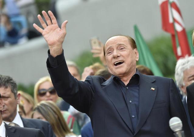 Były premier Włoch Silvio Berlusconi w otoczeniu swoich zwolenników