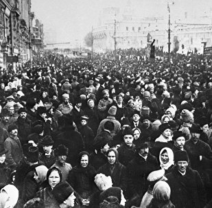 W Moskwie rewolucja lutowa dokonała się 1 (14) marca 1917 roku. Jednym z jej symboli była demonstracja na Placu Teatralnym, gdzie od dawna był plac wojskowy, przez co środek placu był niedostępny dla pieszych i powozów.