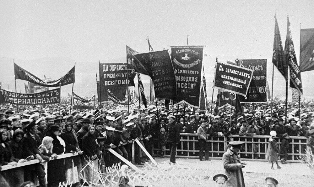 Władywostok był nie mniej niż Petersburg i Moskwa ogarnięty rewolucyjnym zapałem. Pacyfistyczne hasła na plakatach szły ramię  w ramię z politycznymi.