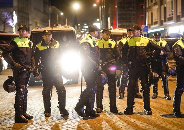 Policja przed tureckim konsulatem w Rotterdamie