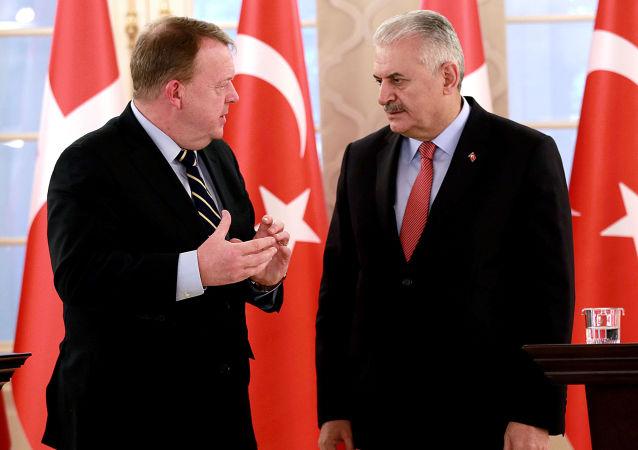Duński premier Lars Lokke Rasmussen zaproponował w niedzielę odłożenie wizyty w Danii szefa tureckiego rządu Binali Yildirima