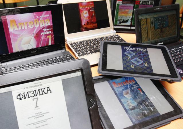 Laptopy i tablety z różnymi podręcznikami elektronicznymi