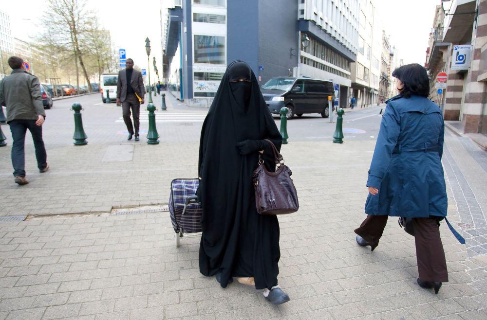Muzułmanka w nikabie na ulicy w Brukseli.