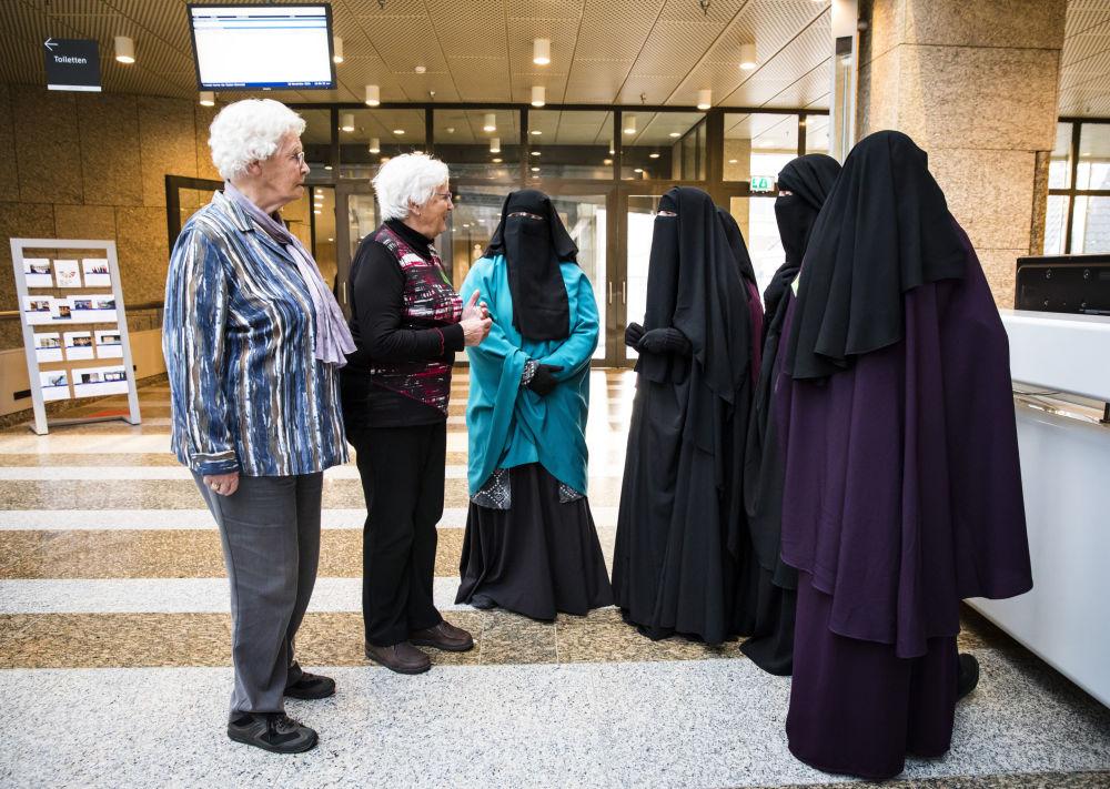 Kobiety w nikabach podczas wizyty w senacie Holandii.