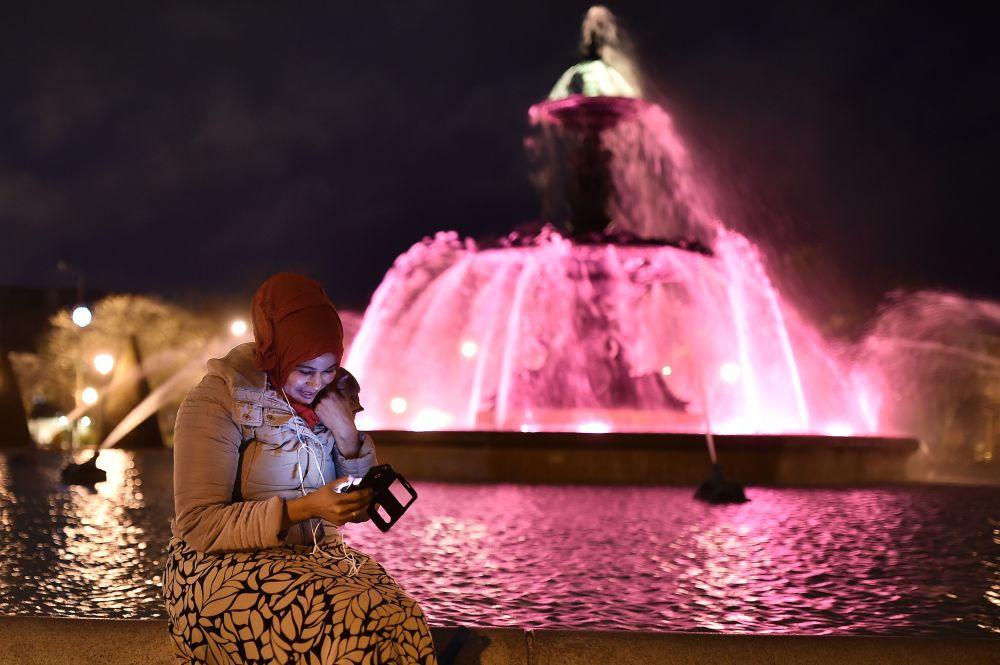 Dziewczyna w hidżabie w poblizu fontanny we francuskim mieście Angers.