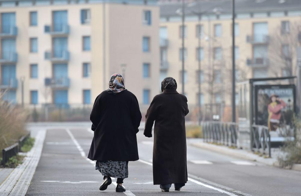 Kobiety w hidżabach spacerują po jednej z ulic Strasburga.