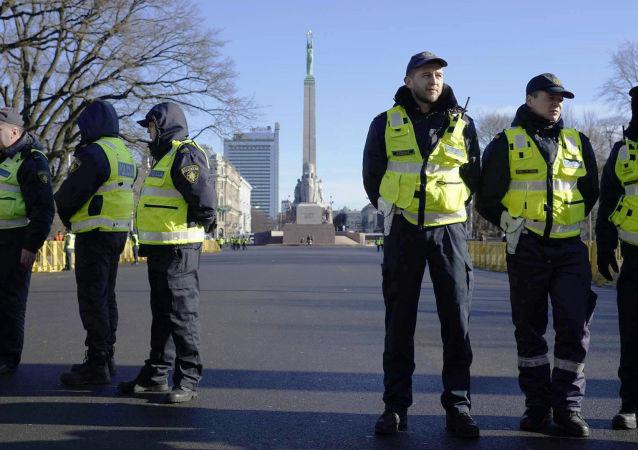 Policja w oczekiwaniu na uczestników Dnia Legionistów w centrum Rygi