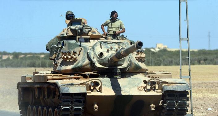 Tureccy wojskowi w czołgu. Zdjęcie archiwalne