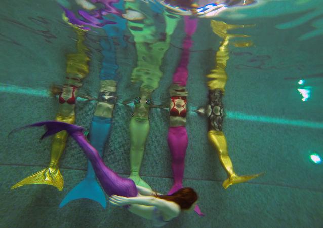 W Moskwie działa szkoła, której wykładowcy obiecują wszystkich chętnych nauczyć pływać jak syrenki.