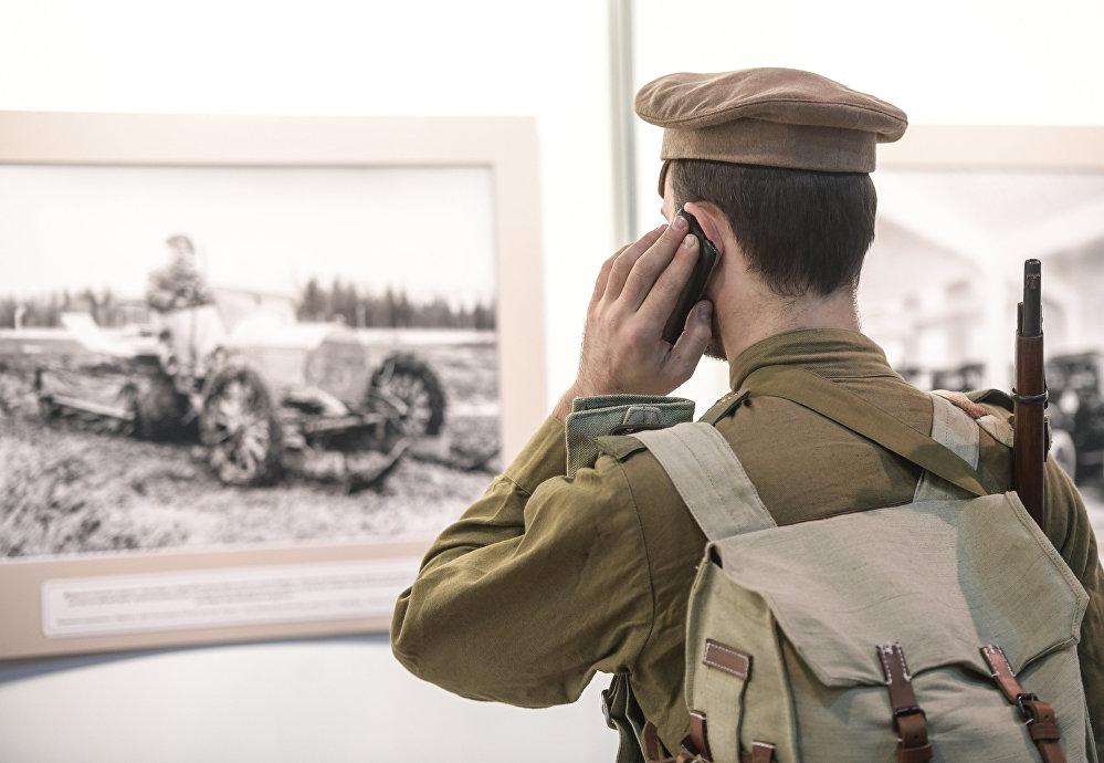 Rekonstruktorzy, w tym także wojskowi, to jedni z głównych odwiedzających show samochodów retro.
