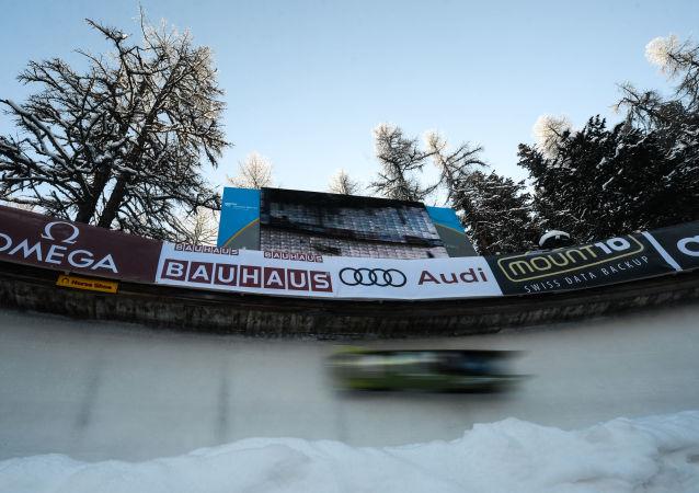 Kierowca rajdowy Mark Higgins przetestował Subaru na torze bobslejowym w szwajcarskim kurorcie Sankt Moritz