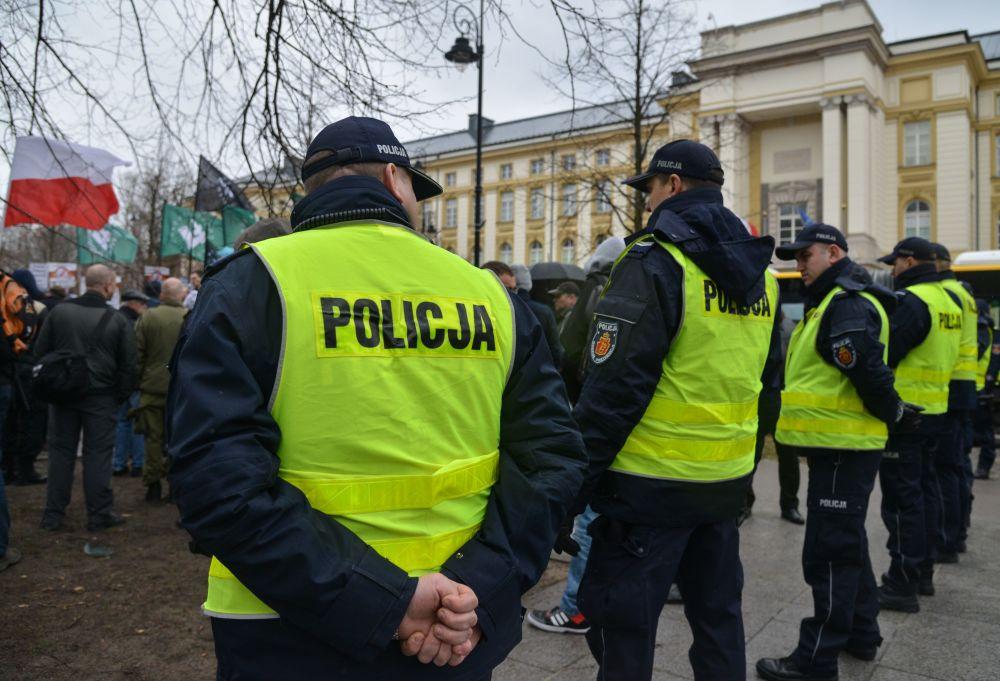Policjanci podczas marszu w Warszawie przeciwko zwiększeniu liczby ukraińskich migrantów w Polsce.