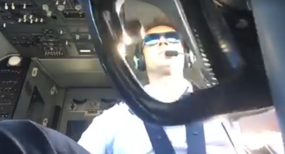 Kapitan samolotu kompanii Ryanair, polski pilot Artur Kielak.