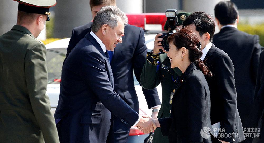 Ministrowie obrony Rosji i Japonii, Siergiej Szojgu i Tomomi Inada