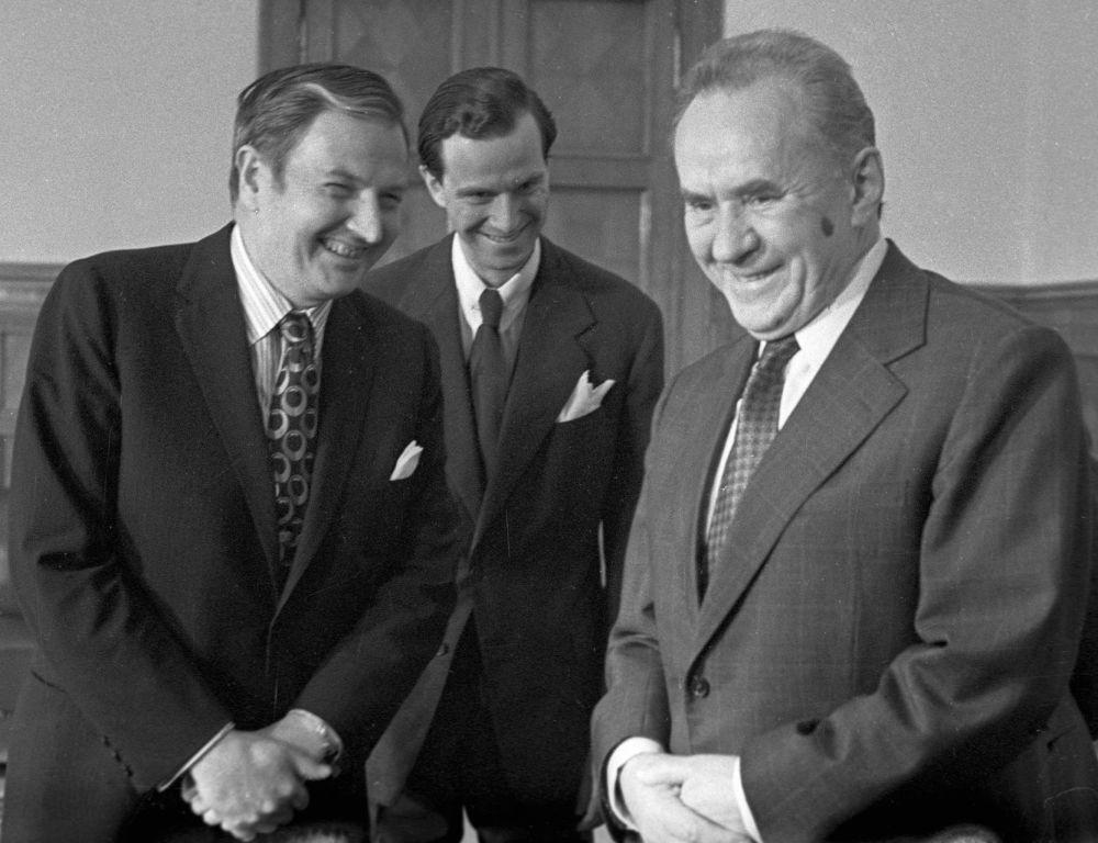 Podczas II wojny światowej Rockefeller pełnił służbę w Afryce Północnej i Francji, był doradzą attaché wojskowego w Paryżu i pracował dla wywiadu wojskowego.  Na zdjęciu: Rockefeller na spotkaniu z przewodniczącym Rady Ministrów Związku Radzieckiego Aleksiejem Kosyginem, 21 maja 1973 roku.