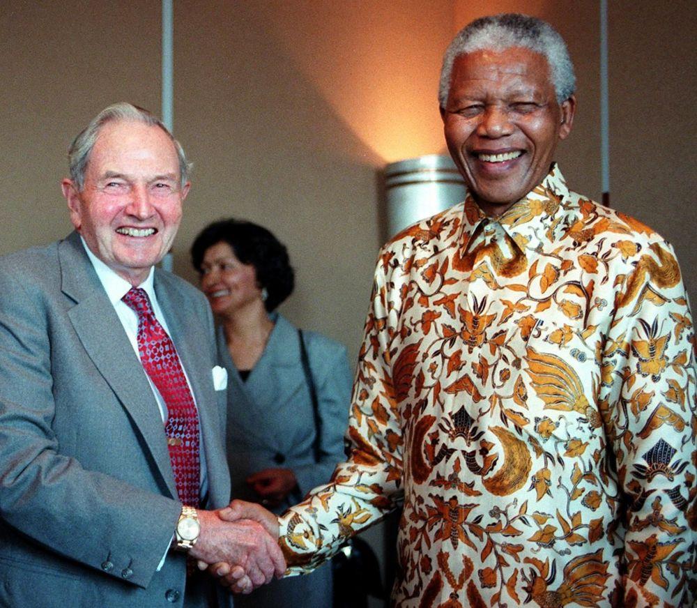 David Rockefeller dożył sędziwego wieku dzięki licznym operacjom. Miał aż sześć przeszczepów serca. Pierwszy zabieg został przeprowadzony w 1976 roku, a ostatni - kilka miesięcy przed jego 100. urodzinami.  Na zdjęciu: spotkanie Rockefellera z prezydentem RPA Nelsonem Mandelą 18 września 1998 roku.