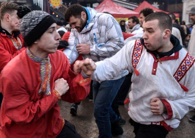 Uczestnicy walk na pięści w czasie Maslenicy w Centrum Rosyjskiej Kultury Kreml w Izmajłowie